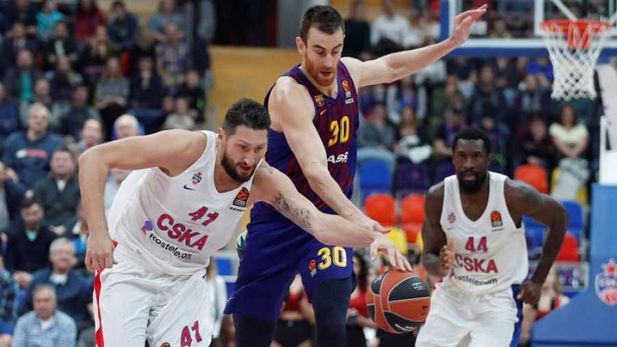 Víctor Claver, del Barça, intenta avanzar entre Nikita Kurbanov (izda) y Othello Hunter (dcha).