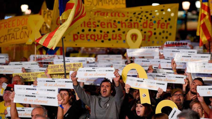 La Plaza de Catalunya de Barcelona ha sido el escenario de la concentración para exigir la libertad de los 'Jordis' un año después de su encarcelamiento