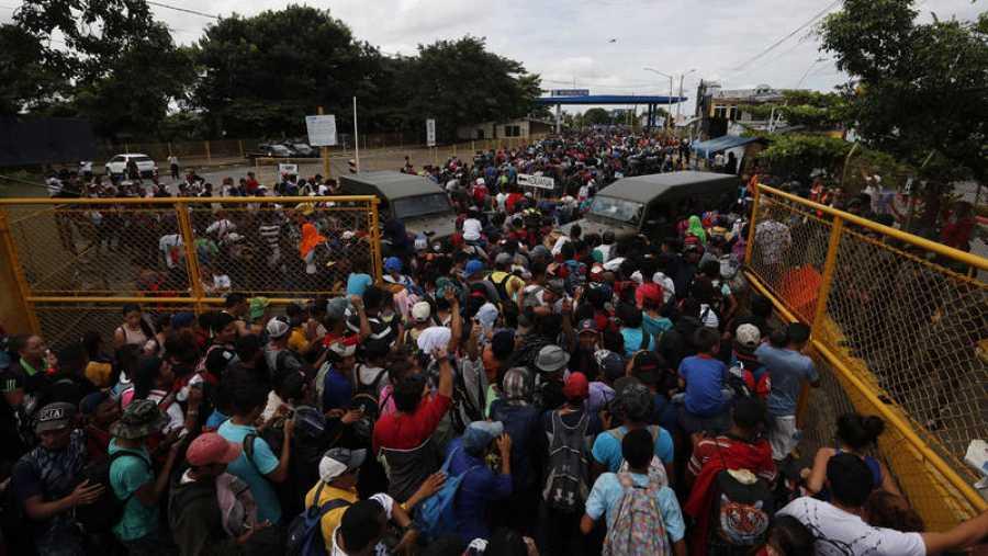 La caravana, que se dirige hacia Estados Unidos, cruzó a la fuerza el primer cerco policial de unos cien antimotines