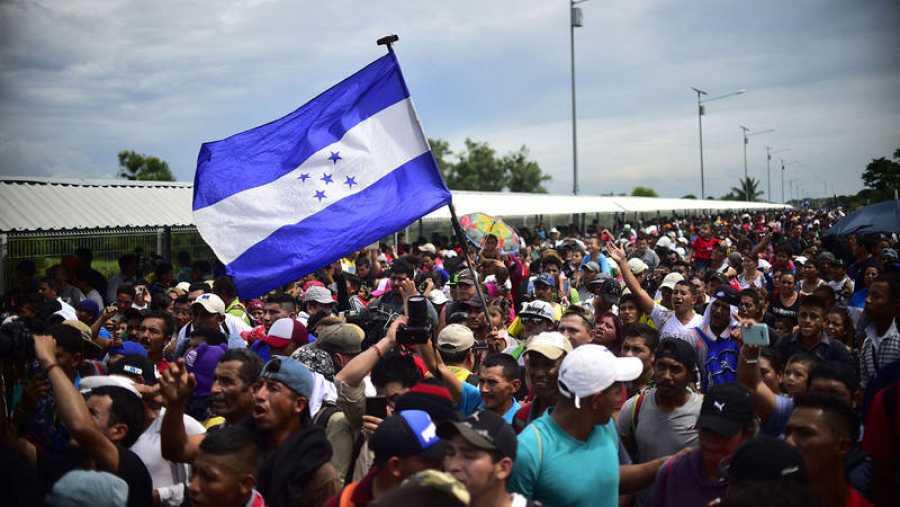 Migrantes hondureños se concentran en el puente fronterizo entre Guatemala y México