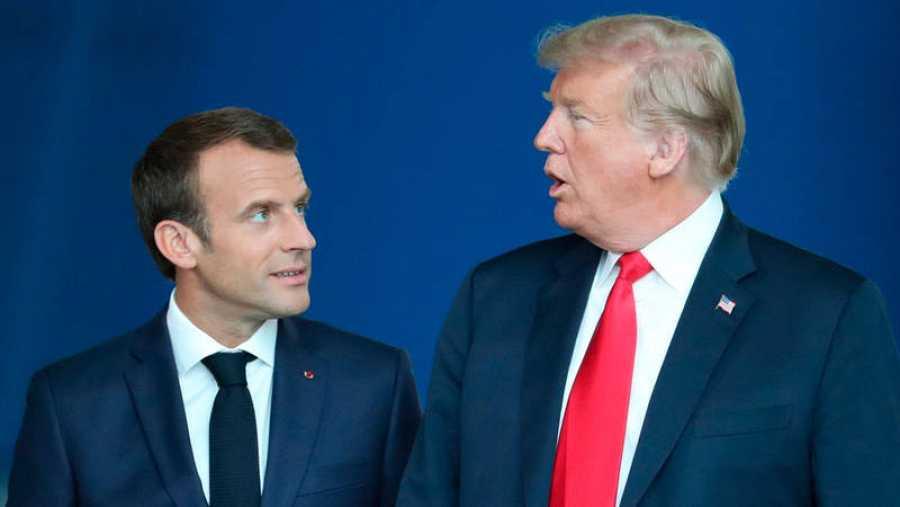 Macron y Trump conversan durante la cumbre de jefes de estado de la OTAN que se celebró en Bruselas el pasado mes de julio