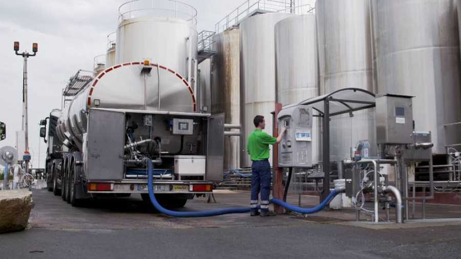 Microbiólogos, expertos, y médicos explican la diferencia entre la producción tradicional e industrial de la leche.