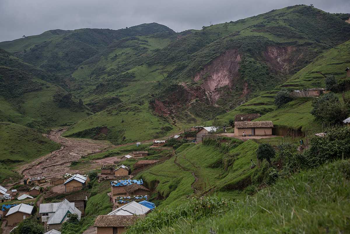 Plano general de Numbi con la mina al aire libre de casiterita en la ladera de la montaña al fondo.