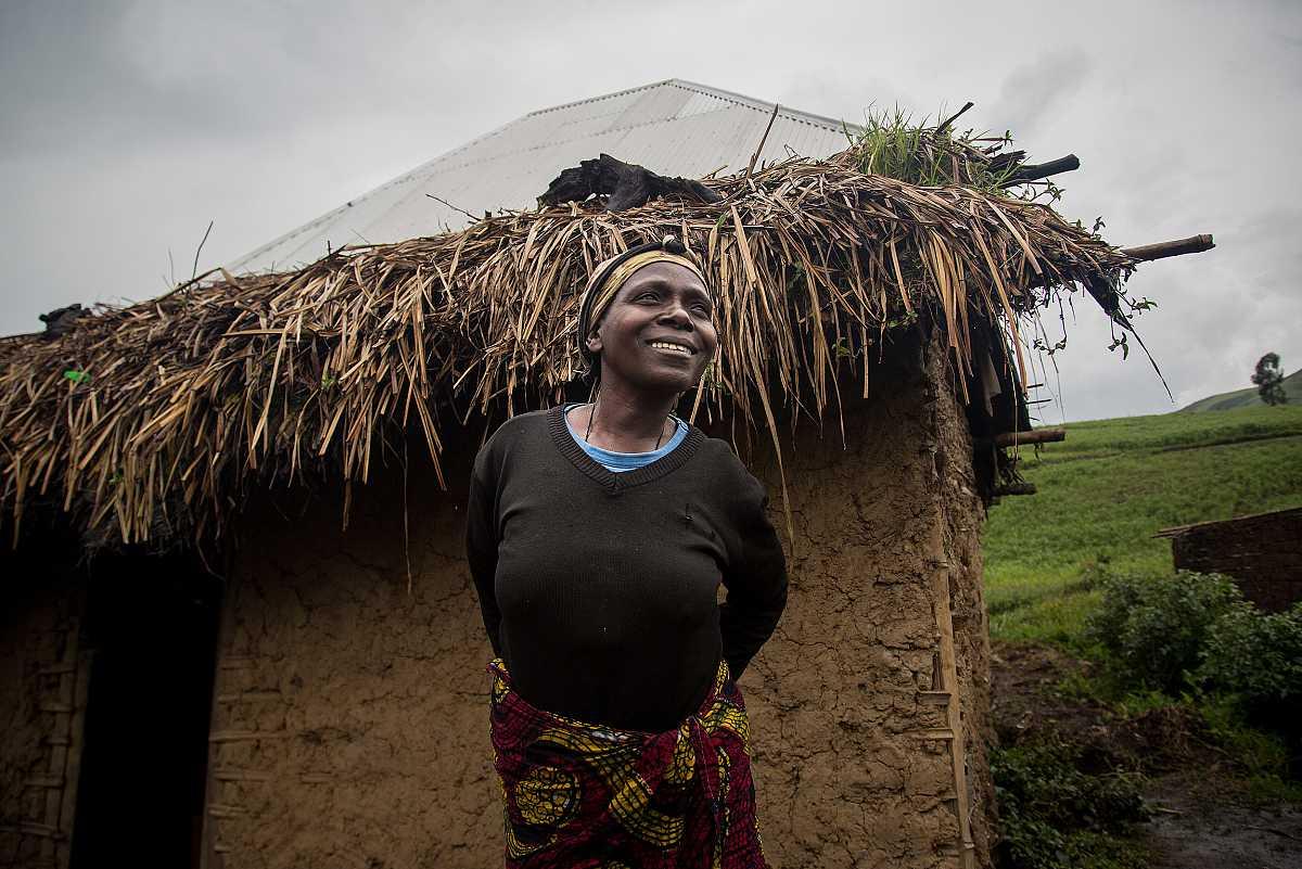 Sifa, una de las habitantes de Numbi, delante de su casa.