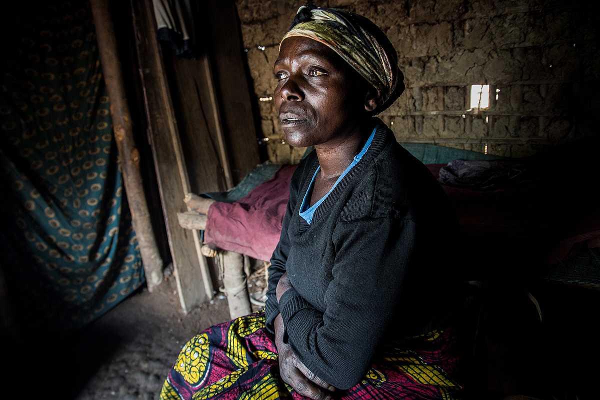 Sifa rememorando su historia dentro de su casa en Numbi.