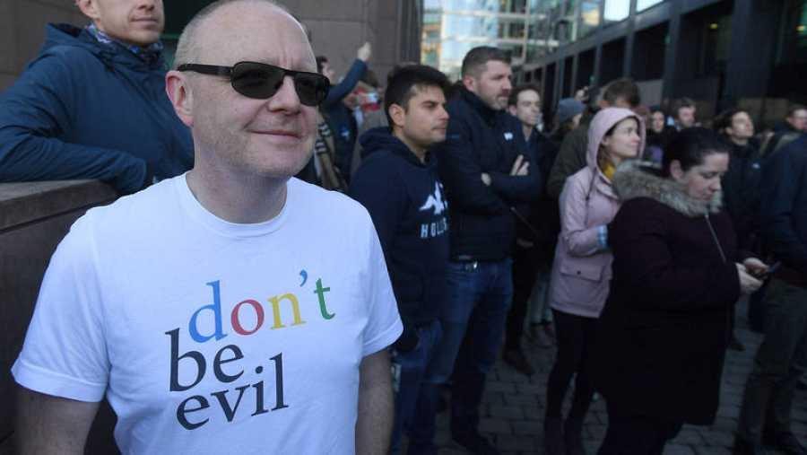 Un trabajador de Google en Dublín con una camiseta de