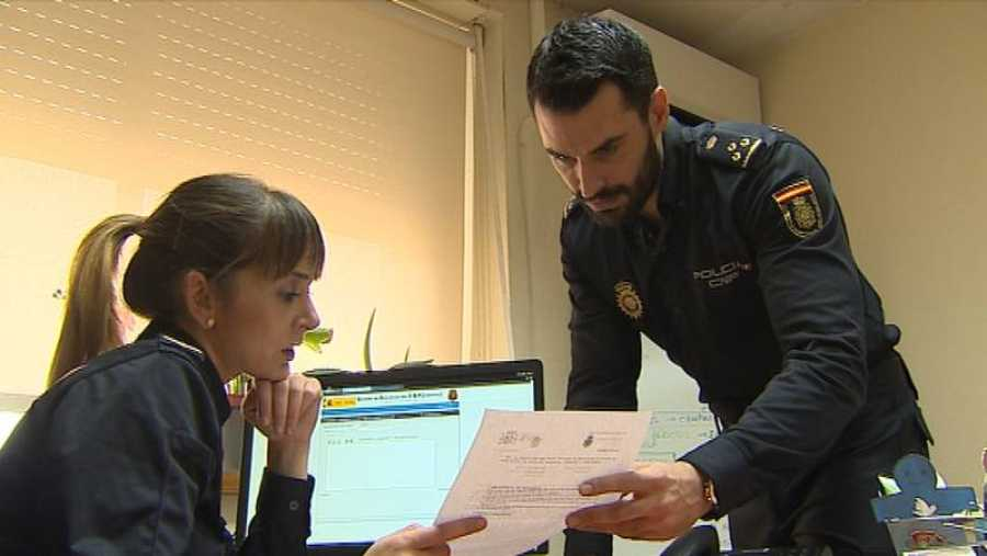 María Fernández y Miguel Camacho, policías nacionales, probando el VERIPOL