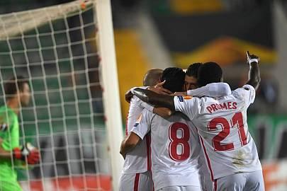 El Sevilla celebra el gol logrado por Banega, decisivo en su victoria en tierras turcas.