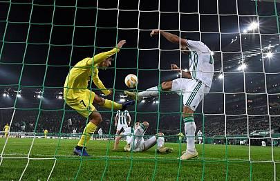 Moreno disputa un balón ante Marvin Potzmann del SK Rapid.