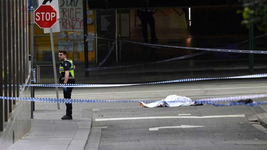 Un policía junto a un cuerpo en el suelo en Bourke Street, Melbourne (Australia). Un hombre ha apuñalado a varias personas en la calle. Foto: AAP/James Ross/via REUTERS