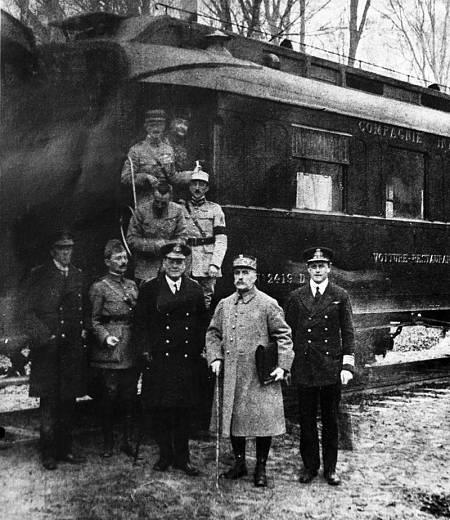 Firma del armisticio entre Francia y Alemania, en un vagón de tren en el bosque de Compiègne.