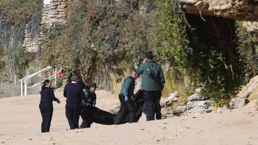 Imagen del rescate, el pasado viernes, de uno de los migrantes ahogados en Caños de Meca