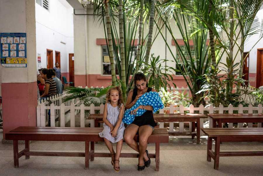 Merry Cáceres y su hija Camila, fotografiadas en la Maternidad y centro de salud Infantil de Choloma, Honduras