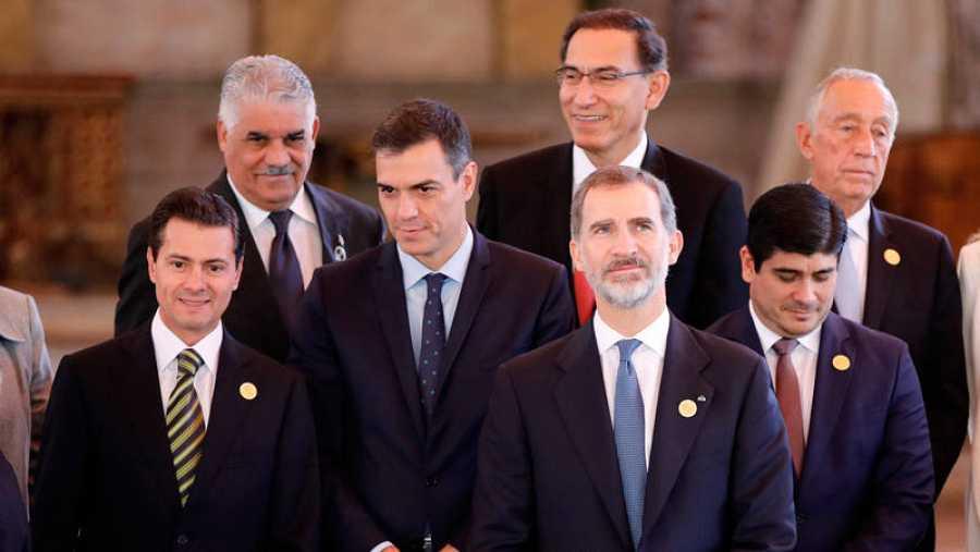 El rey Felpe VI de España, junto a los presidentes Martín Vizcarra, de Perú, Enrique Peña Nieto, de México, Pedro Sánchez, de España, Carlos Alvarado, de Costa Rica, entre otros