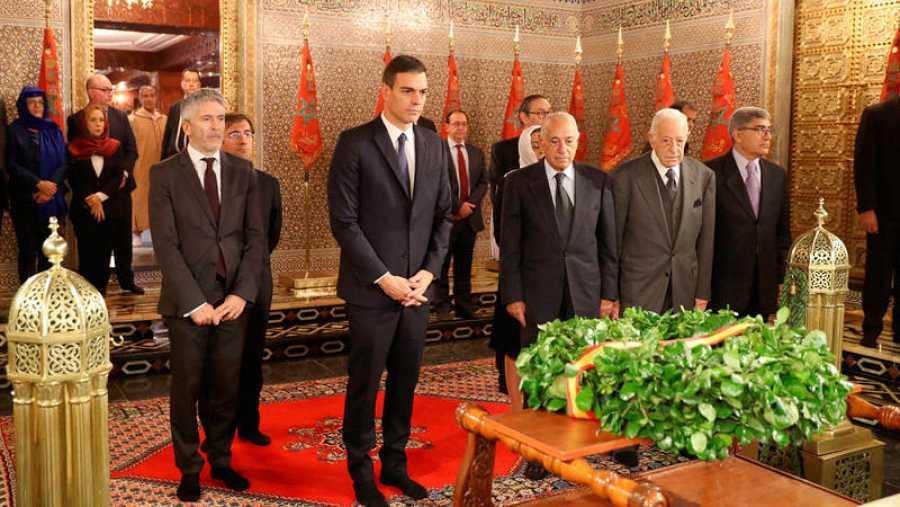 Pedro Sánchez y Fernando Grande-Marlaska visitan el mausoleo de Mohamed V durante su viaje oficial a Marruecos