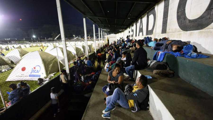 Afectados procedentes de varias comunidades cercanas al volcán de Fuego, han encontrado en un estadio del departamento de Escuintla, a 35 kilómetros al sur de la Ciudad de Guatemala, su refugio temporal.