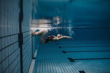 Imagen de archivo de una nadadora en la piscina.