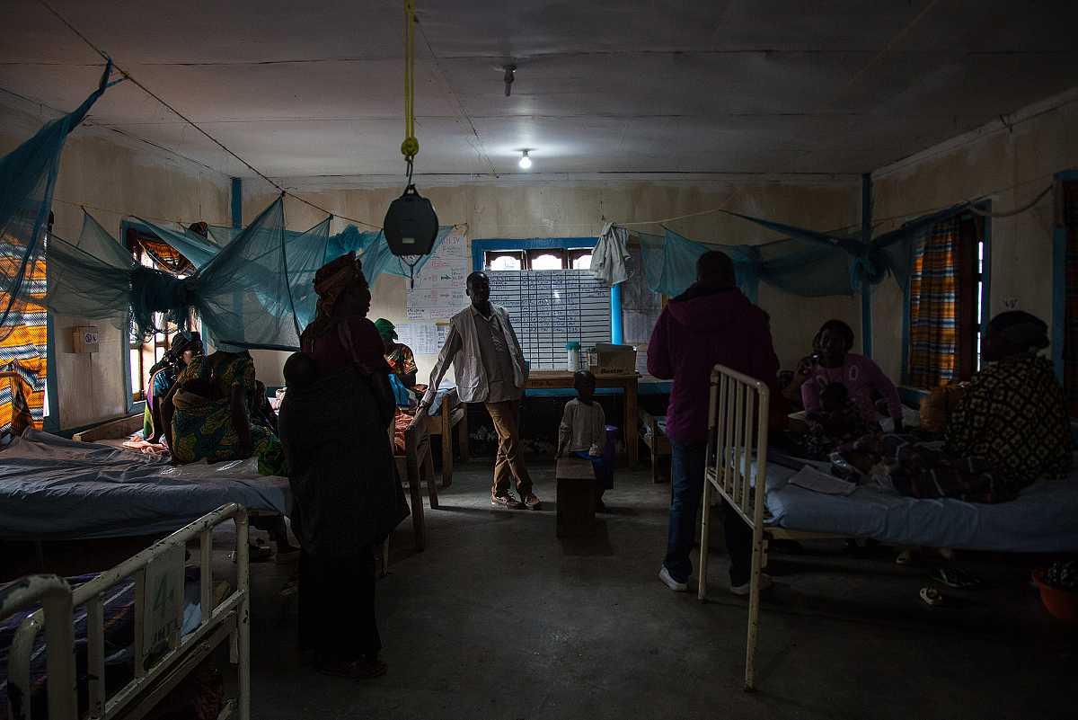 Interior del hospital de Numbi. Es la sala de pediatría con dos hileras de camas a cada lado, donde reposan varios niños y sus familiares.