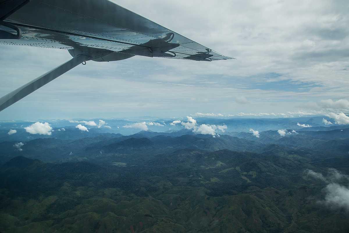 Sobrevolamos la selva hacia Lulingu. El ala de la avioneta se ve en primer plano.