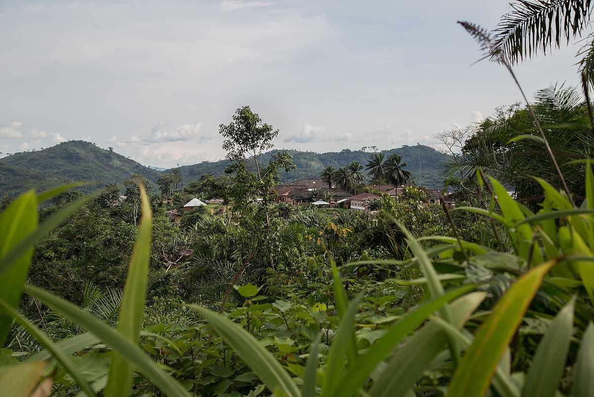 El hospital de Lulingu se distingue sobre una pequeña colina, en medio de la selva.