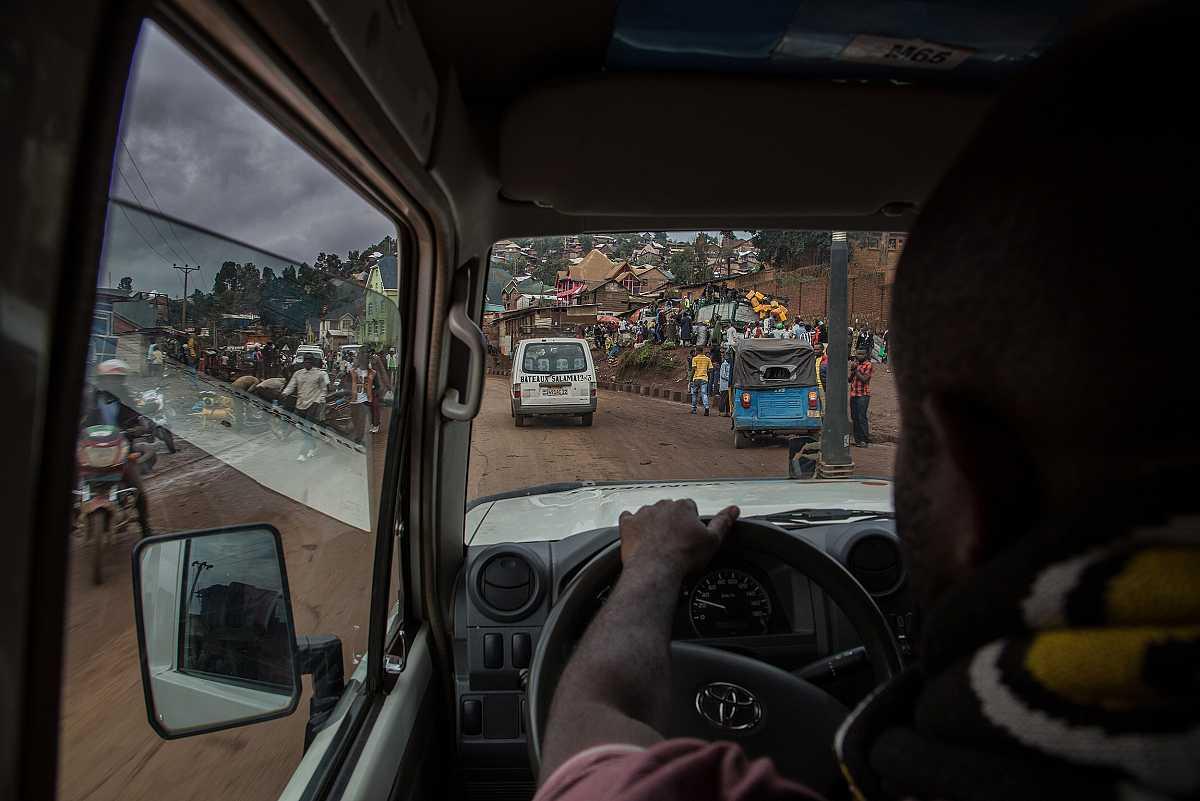 Vista de la bulliciosa vida en las calles de Bukavu desde el interior de un vehíuclo de MSF.