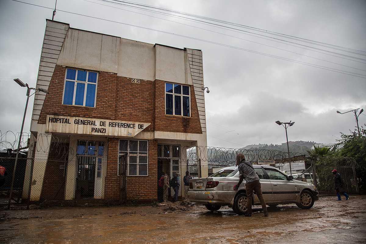 La entrada del hospital de Panzi, tras un alambrado de espinos, desde la embarrada calle de las afueras de Bukavu.