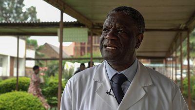 Imagen de la puerta de las oficinas del hospital de Panzi, con una imagen del doctor Mukwege, en una noticia referente al premio Sakharov 2014.