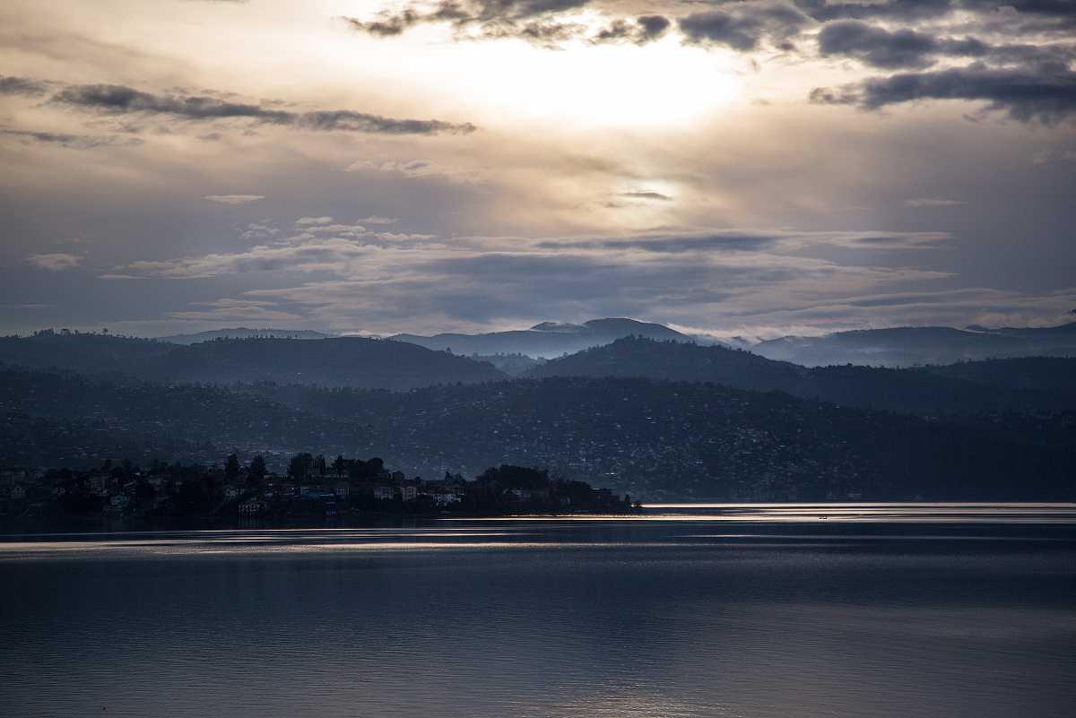 Atarceder en Bukavu, desde el lago Kivu.