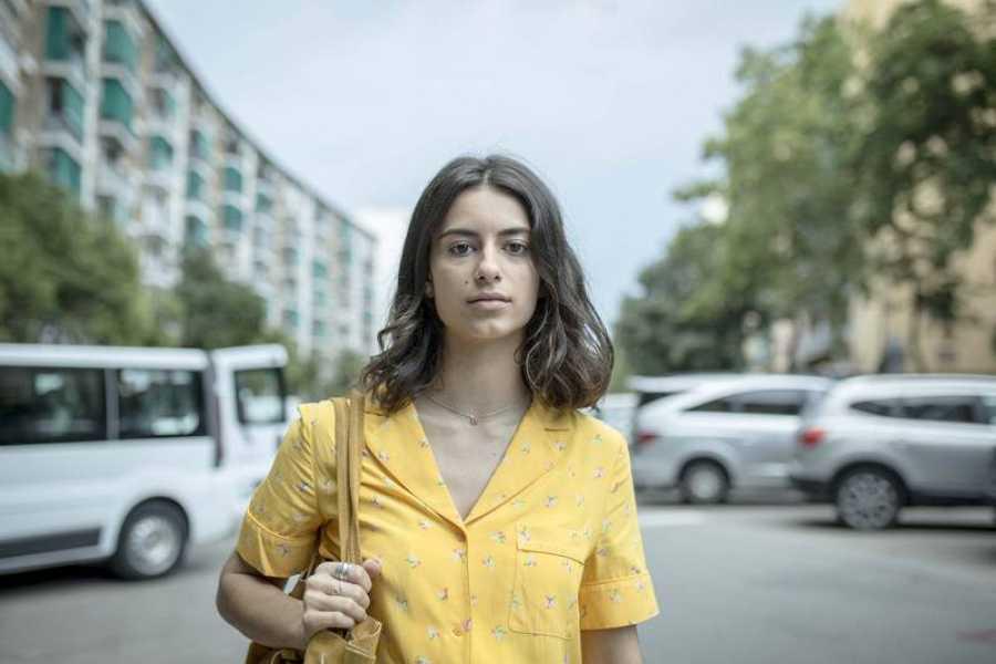 Andrea (Begoña Vargas) es una adolescente de la zona alta que llega a un barrio humilde de Barcelona