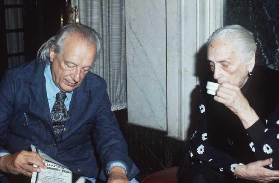 El poeta Rafael Alberti y la presidenta del Partido Comunista de España, Dolores Ibárruri, 'la Pasionaria, conversan en las Cortes en una imagen de 1977