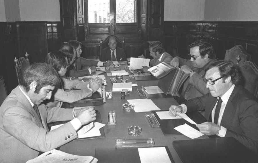 Los miembros de la Comisión Constitucional, presidida por Manuel Fraga, en una de sus reuniones en 1978.