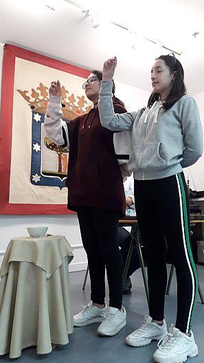 Dos niñas cantan en un ensayo