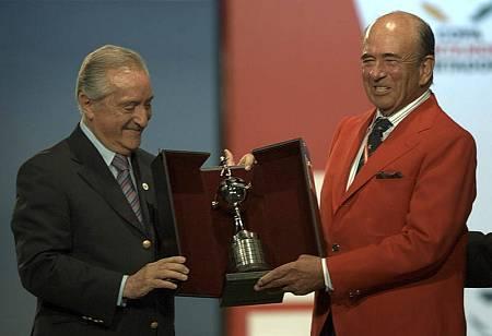 l presidente del Banco Santander, Emilio Botín (d), recibe por parte del vicepresidente de la Confederación Sudamericana de Fútbol (CONMEBOL), Eugenio Figueredo, una réplica del trofeo de la Copa Libertadores, en el actoen 2007.
