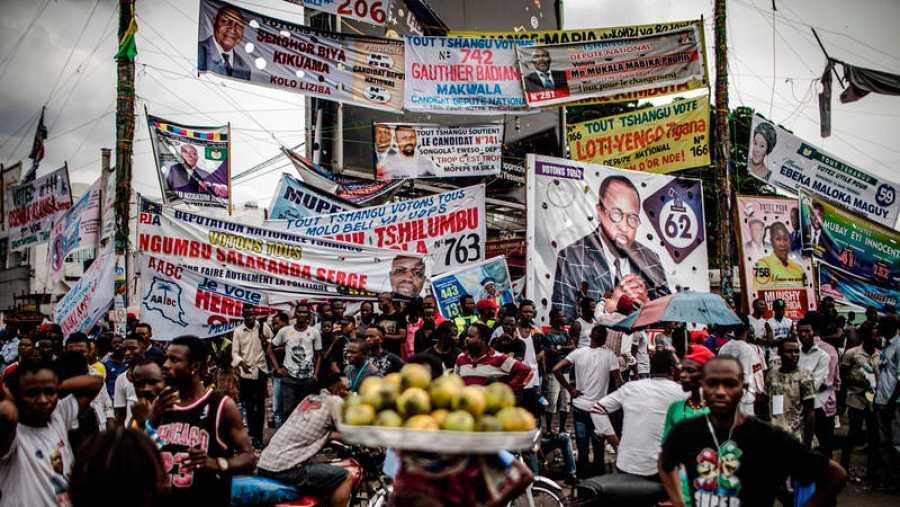 Carteles electorales en las calles del distrito de Ndjili, Kinshasa.