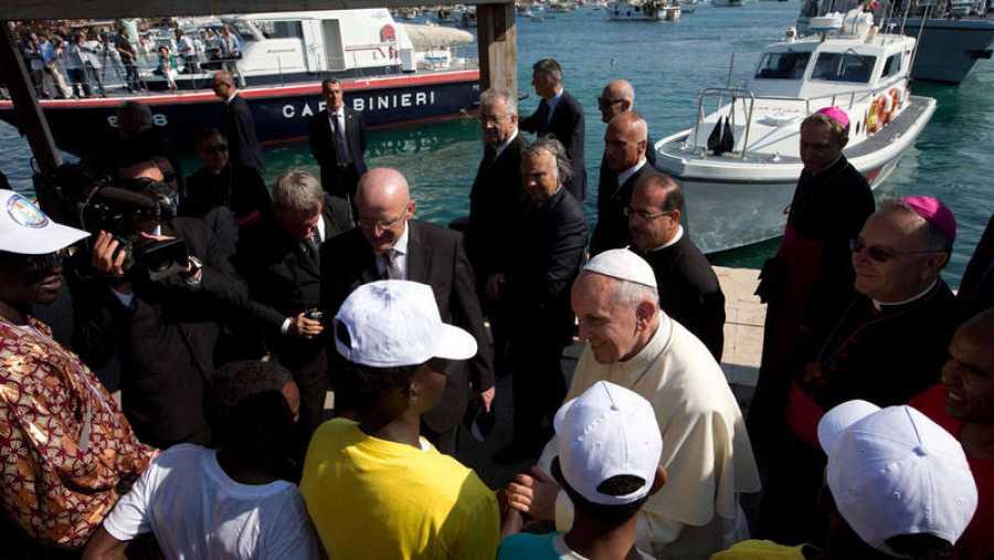 El papa Francisco (c) conversa con un grupo de inmigrantes durante su visita a la isla de Lampedusa, Italia, el 8 de julio de 2013