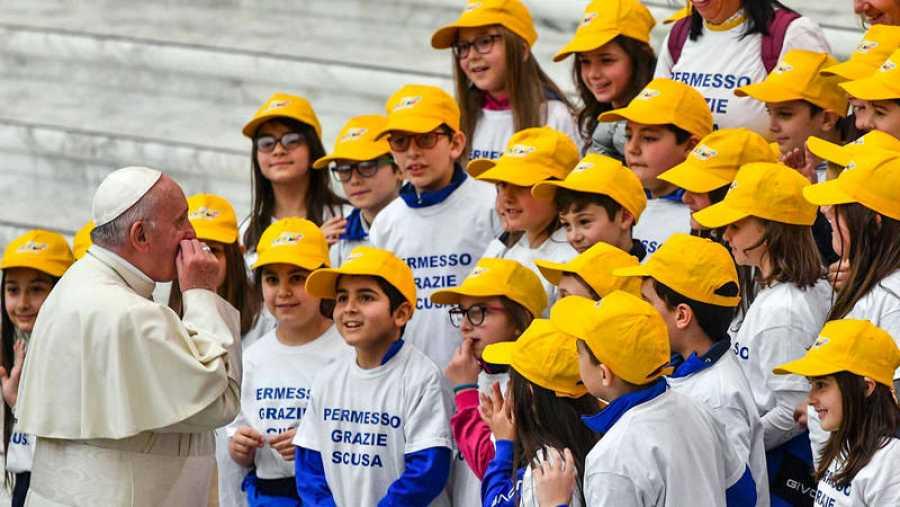 El papa Francisco habla con un grupo de niños durante su audiencia general de los miércoles en el Aula Pablo VI del Vaticano