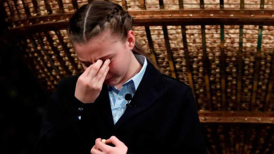 Aroa Patricia Vaquero no puede contener las lágrimas durante el sorteo de Lotería de Navidad