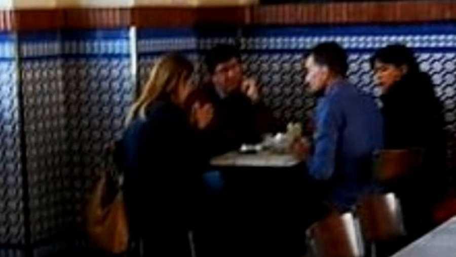 Imagen de la reunión, en la estación de tren de Jerez, entre Juan Marín (Ciudadanos), Teresa Rodríguez (Podemos) y Antonio Maíllo (IU) . Fuente: El independiente
