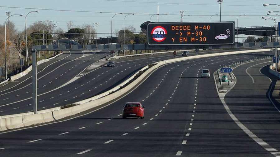 Dos coches circulan por los accesos de Madrid, limitados a 70 kilómetros por hora por la contaminación