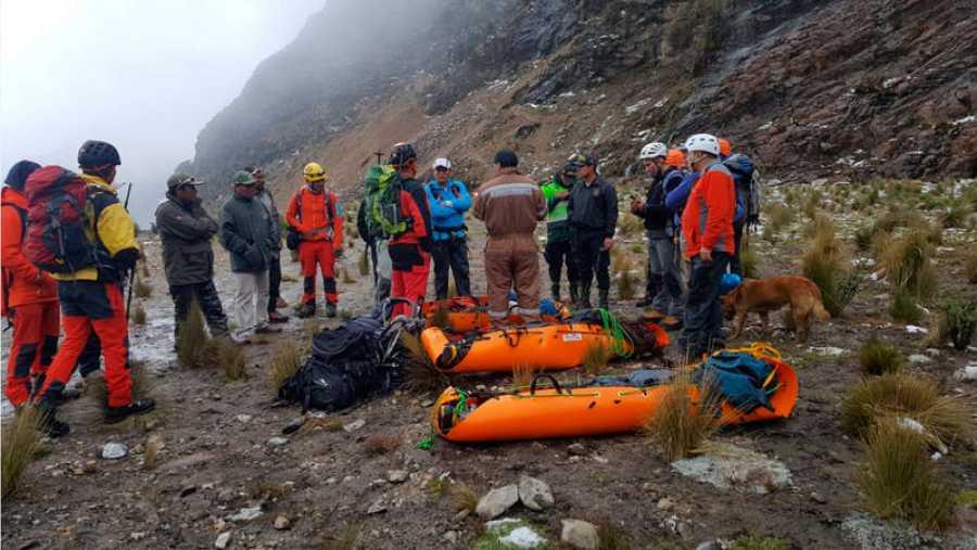 Un equipo de rescate de 25 personas trasladó a pie los cadáveres de los montañeros españoles desaparecidos en Perú