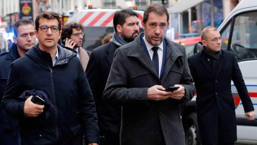 El ministro del Interior francés, Christophe Castaner, llega visita el lugar de la explosión de una panadería en París.