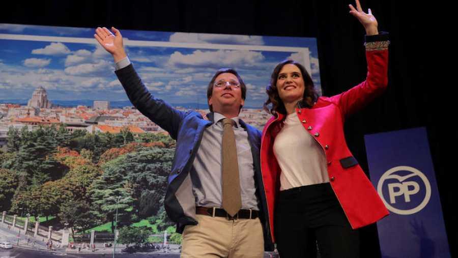 El candidato del PP al Ayuntamiento de Madrid, José Luis Martínez-Almeida, y la candidata a la Comunidad de Madrid, Isabel Díaz Ayuso