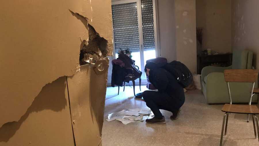 Interior de uno de los pisos registrados por los Mossos en Ciutat Vella dentro de la operación antiterrorista