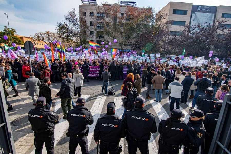 La movilización feminista ante el Parlamento andaluz congregó a cientos de personas
