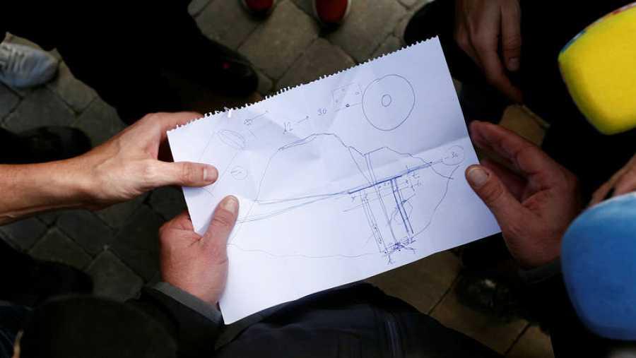 Ángel García, delegado en Málaga del Colegio de Ingenieros de Caminos, muestra un esquema con los dos túneles proyectados para rescatar a Julen.
