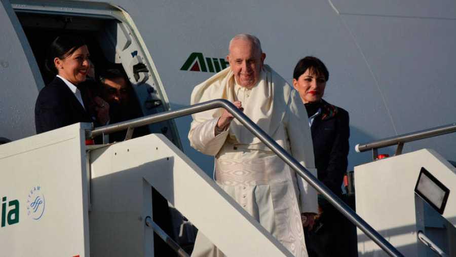 El Papa embarcando en Roma para partir hacia Panamá.