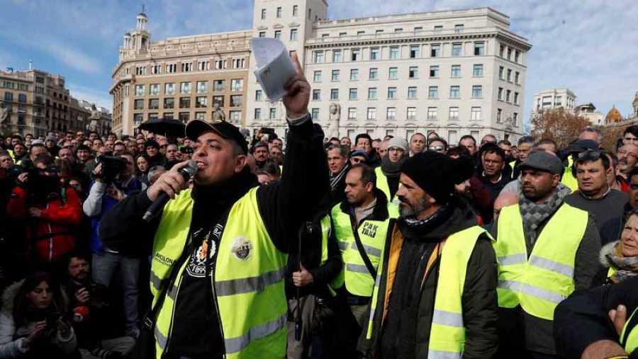 Los taxistas de Barcelona votan en asamblea si ponen fin a la huelga