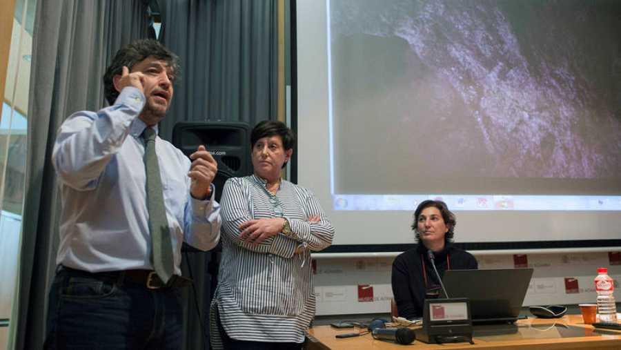 La directora del Museo Nacional y Centro de Investigación de Altamira, Pilar Fatás (derecha) junto a la subdirectora, Carmen de las Heras, y el responsable del proyecto Handpas, Hipólito Collado Giraldo