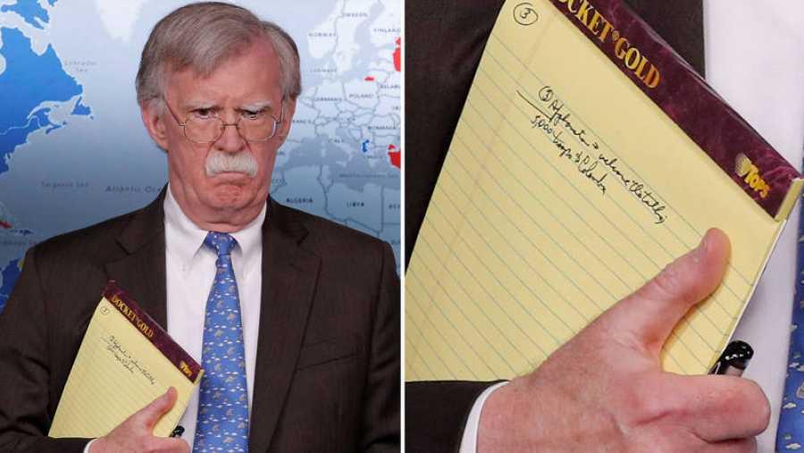 Imagen del asesor de Seguridad Nacional de Trump, John Bolton, durante la rueda de prensa, y detalle de las notas en su libreta. Reuters/ Jim Young