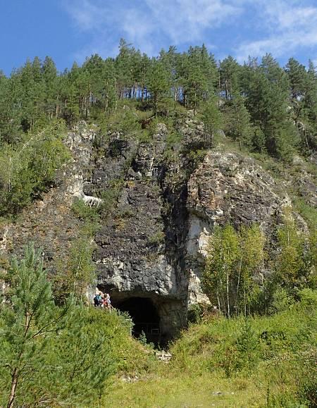 Imagen de la entrada de la cueva de Denisova.